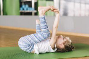innocente-petite-fille-pratiquant-yoga-dans-centre-remise-forme_23-2148185925 (1)